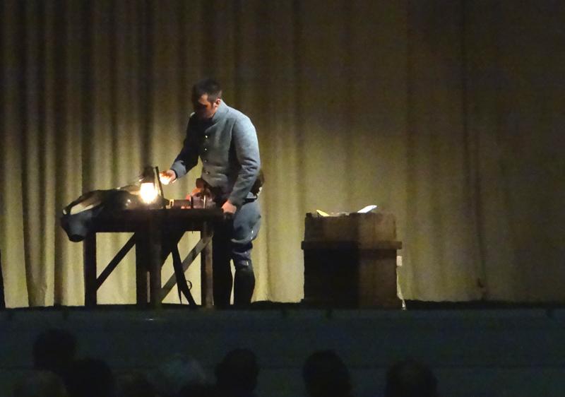 Joseph fabrique une bague